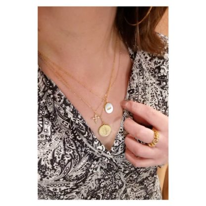 look collier pendentif croix nacre Virginie berman porté Dolita