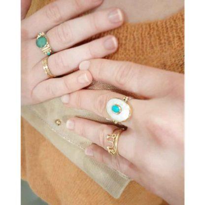look bagues avec la bague ovale en argent fond nacre et pierre turquoise chez dolita