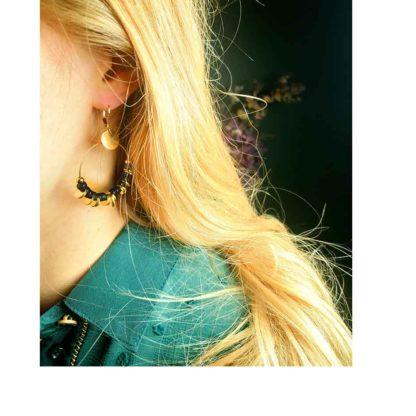 look présentation boucles d'oreilles créoles petite madame amesis noires