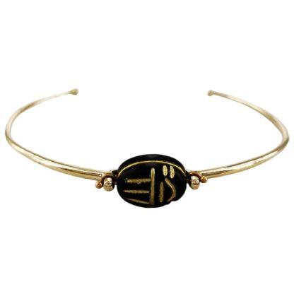 bracelet jonc en laiton doré et scarabée en onyx de la marque de bijoux français Satellite