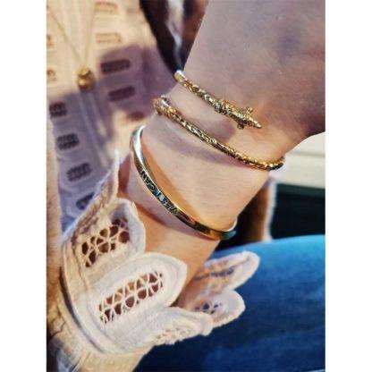 look avec le jonc bracelet de marque éco responsable Soko bijoux chez Dolita