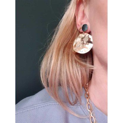 boucles d'oreilles dorées avec cabochon plat en pierre naturelle du créateur français de bijoux Fabien Ajzenberg chez Dolita bijoux
