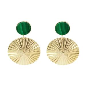 idée de cadeau bijoux femme les boucles d'oreilles dorées ondulées avec cabochon plat en malachite du créateur bijoux parisien Fabien Ajzenberg pour Dolita